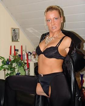 Horny Nanna Bettina shows her irresistible ass