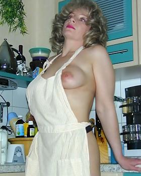 Sensuous blonde nanna Laura cooking naked
